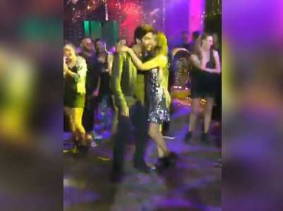 Video: Kartik gets kisses from dancers