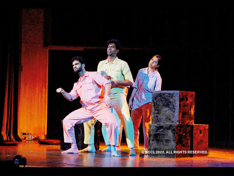 The play brings the vibe of a busy Mumbai, and even busier Mumbaikars, to stage