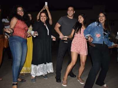 Watch: Salman grooves to 'Munna' with media