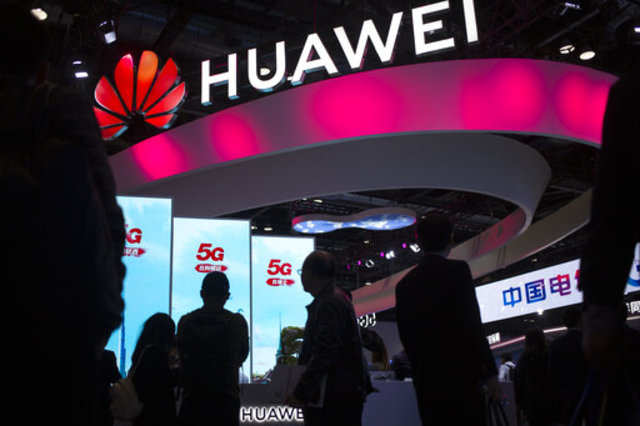 Huawei patents phone with rotating camera module
