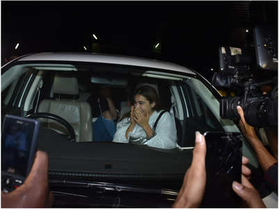 Watch: Sara Ali Khan gets mobbed by fans
