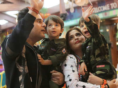 BB13: Krushna and his twin sons meet Arti