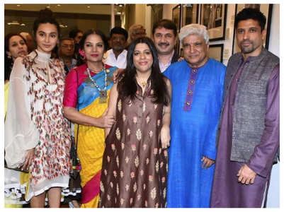 Shibani joins Farhan & family for an event