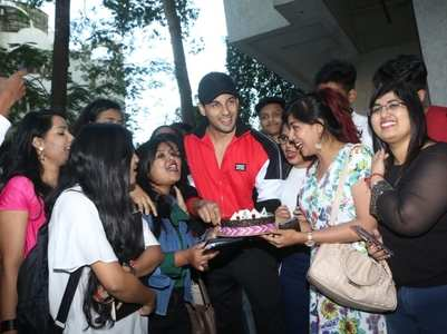 Sidharth celebrates birthday with his fans