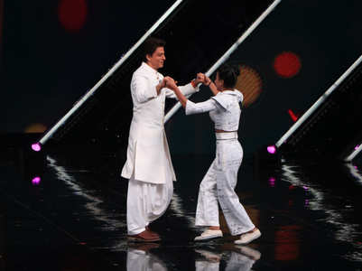 Dance + 5: SRK shakes leg with a contestant