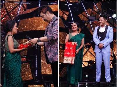 Kumar Sanu gifts Neha a special Chunri