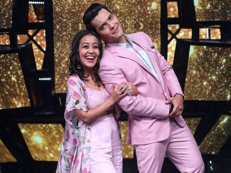 Indian Idol 11 Neha Kakkar And Aditya Narayan To Take Pheras On Set Watch Video Of The Priest Chanting Hymns Times Of India