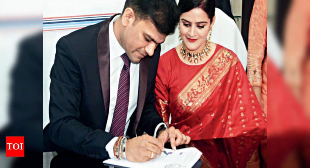 Kolkata No Time For Grand Wedding Sdo Dsp Tie Knot At Work Kolkata News Times Of India