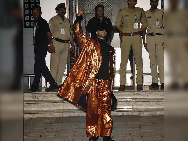 """Netizen troll Ranveer Singh's golden outfit at the airport, calls him """"Indian Lady Gaga"""""""