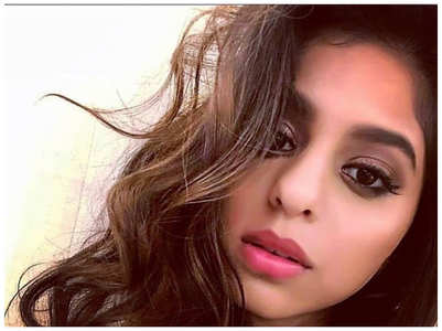 Suhana looks absolute chic in THIS selfie
