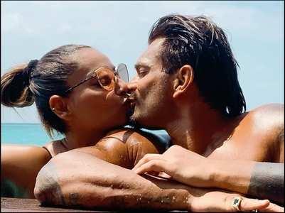 Bipasha & Karan seal their vacay with a kiss
