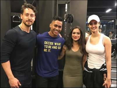 Pic: Disha and Tiger strike a pose with fans