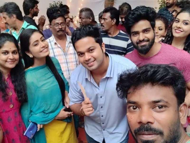 Kaatrin Mozhi crosses 100 episodes; Actors Priyanka, Chandhini Prakash and Sanjeev Karthick thank fans for the love
