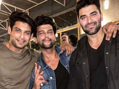 Sidharth Shukla parties with friends; pics