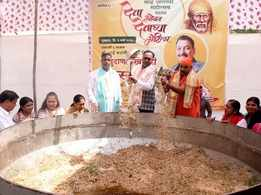 Celebrity chef prepares 1100 kg khichdi