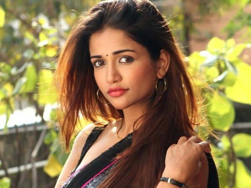 Anaika Soti to play Santhanam's pair