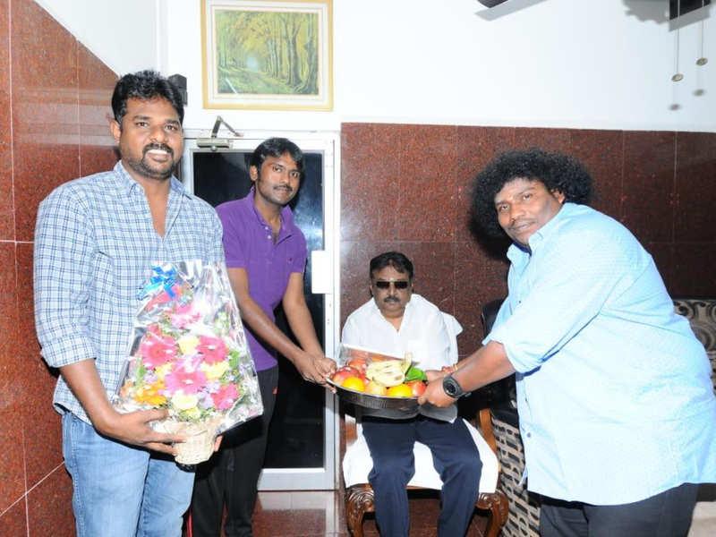 Yogi Babu pays visit to Vijayakanth; invites him for wedding reception