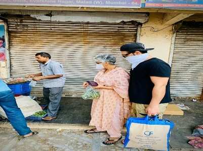 Paras Chhabra steps out with mother to buy veggies