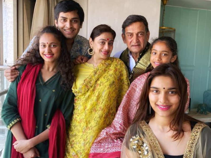 Mahesh Manjrekar shares a picture with family; asks citizens to stay united