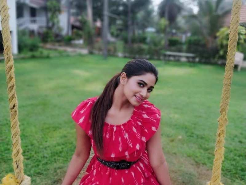 Covid-19 - Rettai Roja actress Shivani Narayanan asks everyone to strictly follow precautionary measures