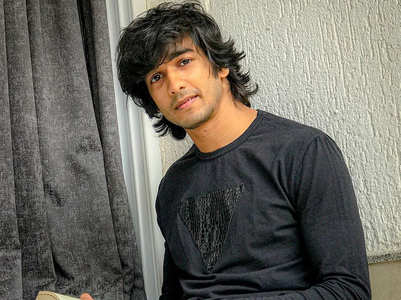Shantanu teaches the art of doing 'Pocha'