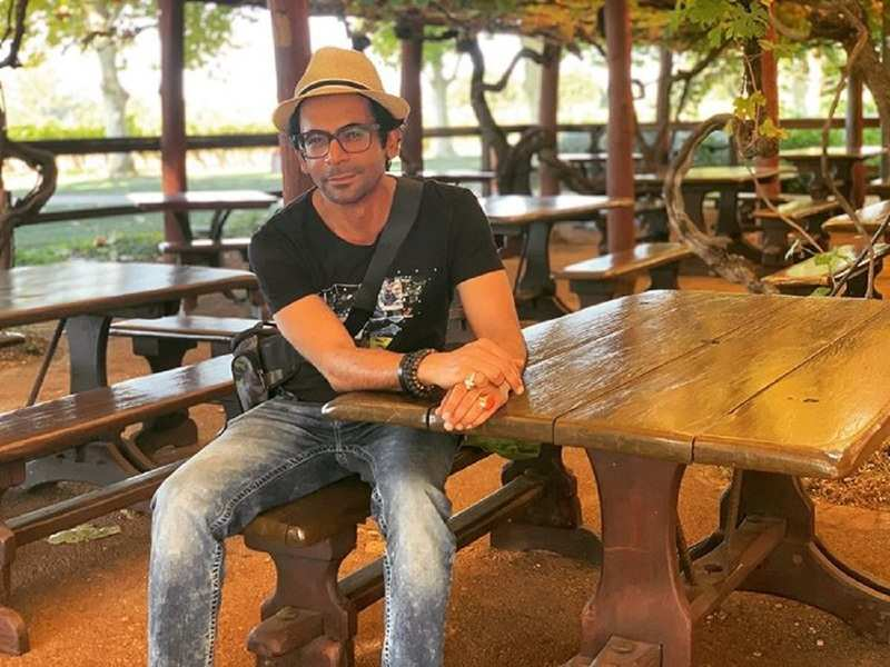 Sunil Grover shares hilarious video of a moving house; jokes 'No, not like this'