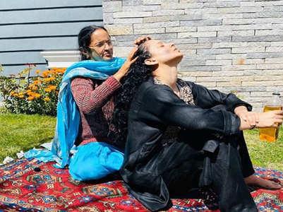 Kangana enjoys an oil massage by her mother