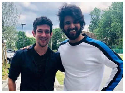 Vijay Deverakonda poses with his fans