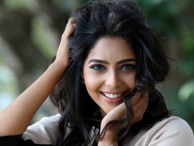 Aishwarya Lekshmi spends lockdown period helping her dad in cooking