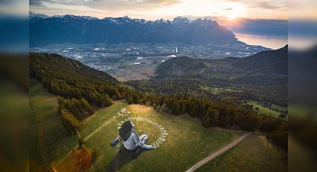 A graffiti of solidarity graces the Swiss Alps