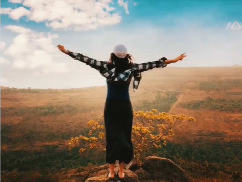Sonakshi Sinha does the iconic Titanic pose on a hilltop; captions it 'After lockdown I be like'