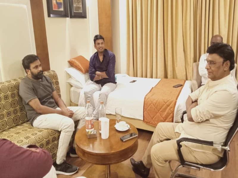 Sasikumar and Bhagyaraj join hand for Munthanai Mudichu remake