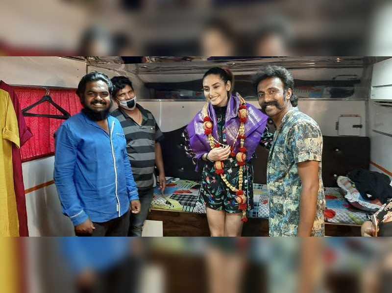 Ragini Dwivedi brings in her birthday with caravan workers