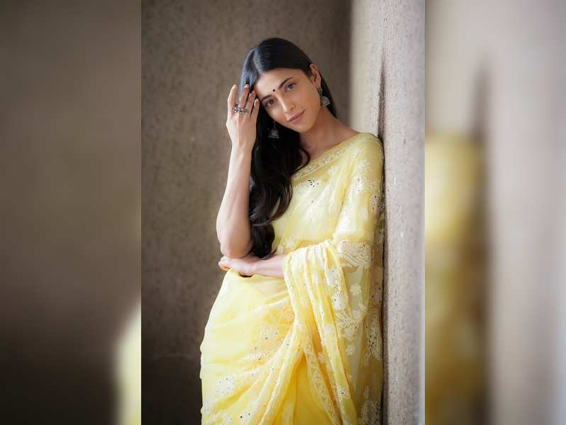 Shruti to play the lead in Aval Appadithan remake?