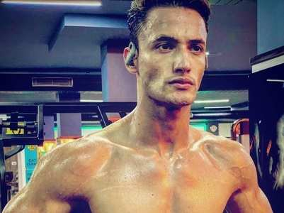 Asim Riaz flaunts his abs post workout