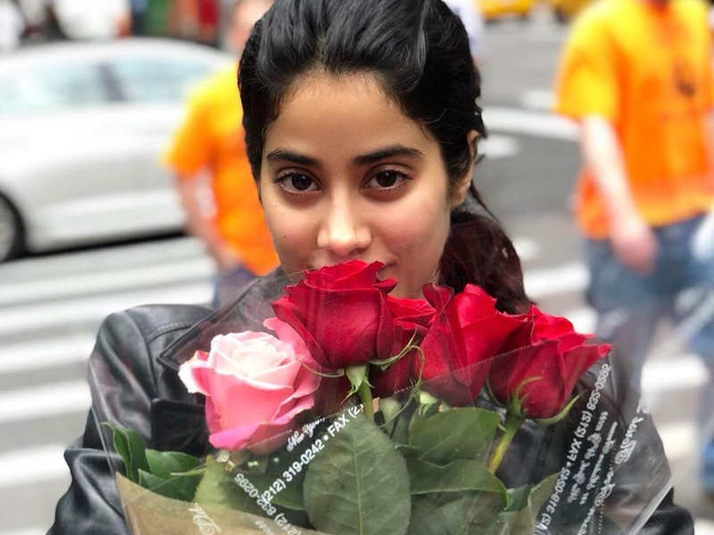 Janhvi Kapoor shares UNSEEN memories from old phone and it has nostalgia written all over!