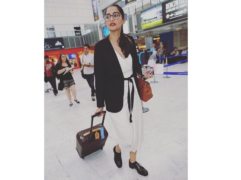 Sonam Kapoor is ready to fly somewhere; shares a throwback photo from the airport