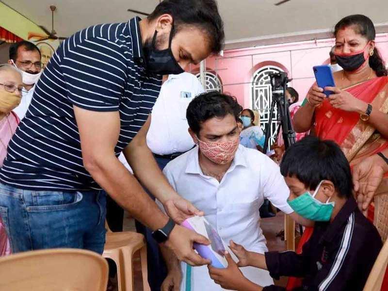 Kunchacko Boban distributes tabs in Hibi Eden MP's 'challenge'