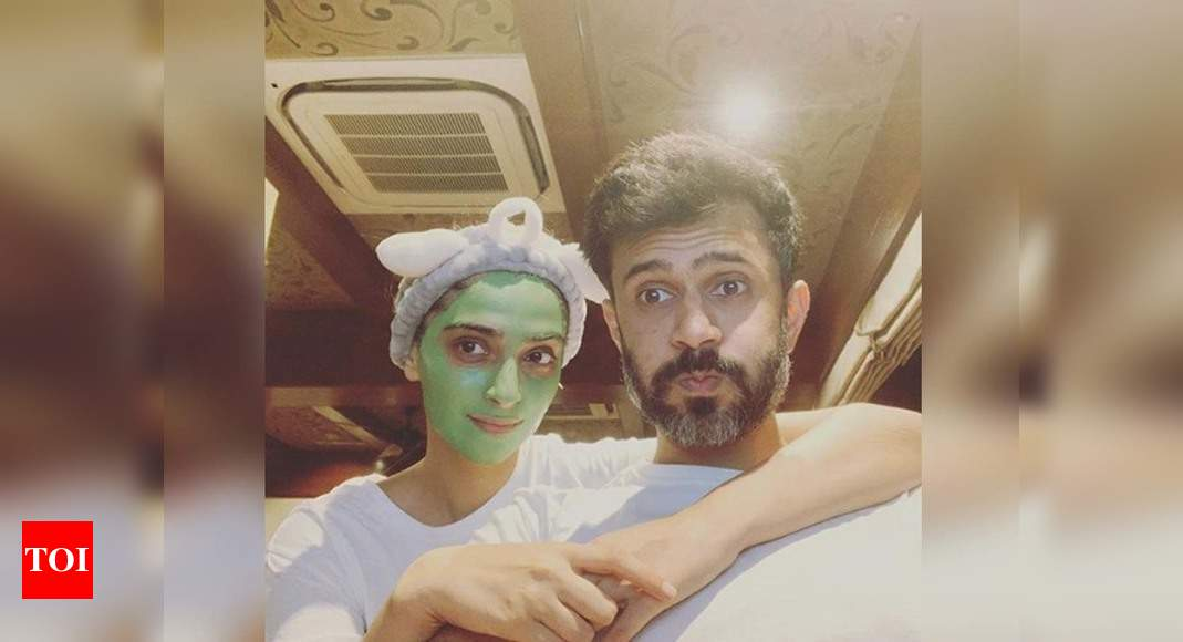 "Sonam Kapoor shares a sweet selfie with husband Anand Ahuja; captions, ""Lockdown evenings be like"" - Times of India"