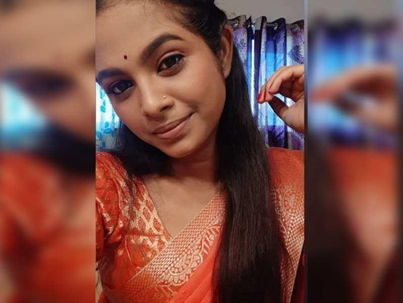 Amruta Dhongade turns her own makeup artiste