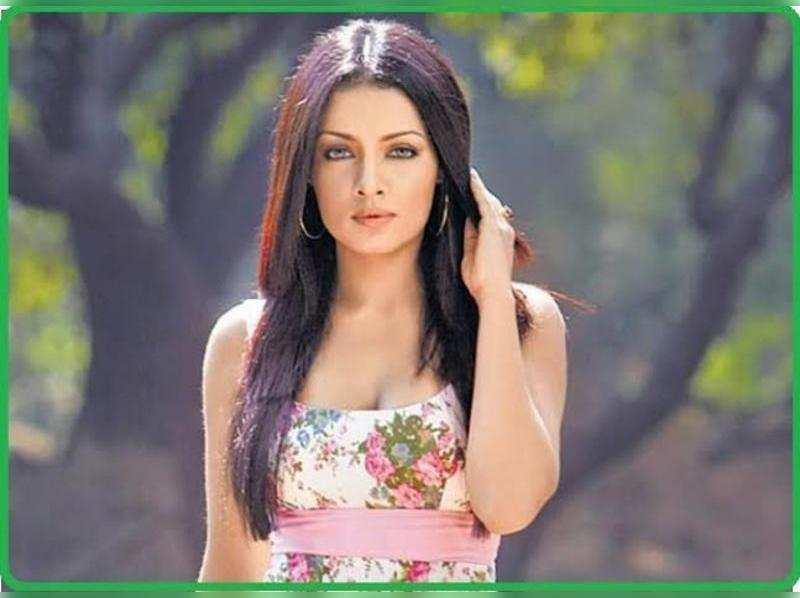 Bollywood actress Celina Jaitley sings Tharapathamake from Helen movie
