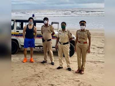 Varun poses with Mumbai Police at Juhu beach
