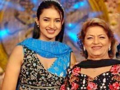 When Divyanka got award from Saroj Khan
