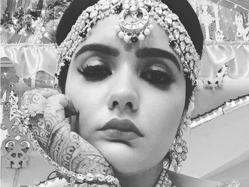 Kulfi Kumar Bajewala fame Anjali Dinesh Anand is ready for her shot; pleads 'Koi Bulao Toh Sahi'