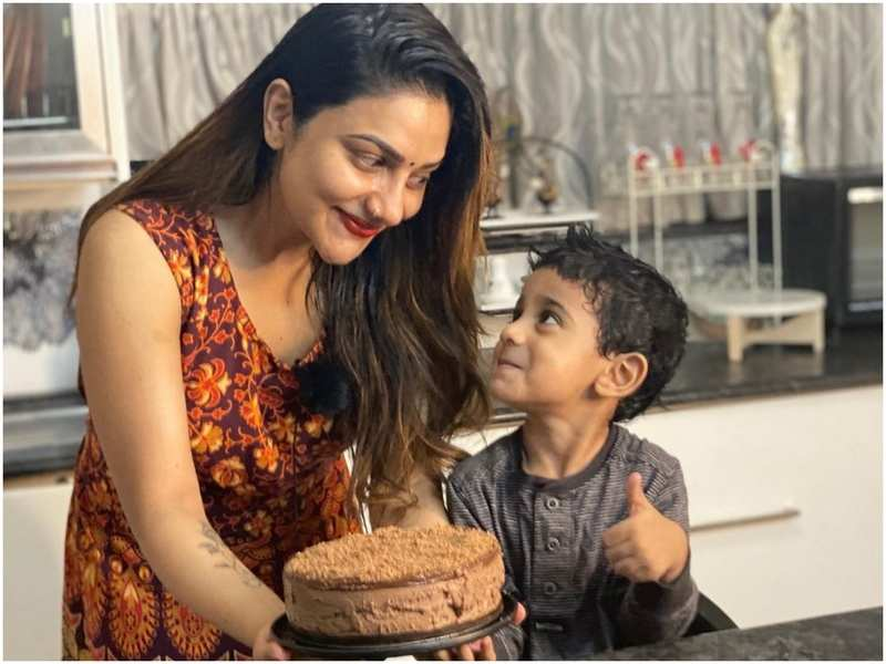 Rimi Tomy bakes some chocolate cheesecake at home
