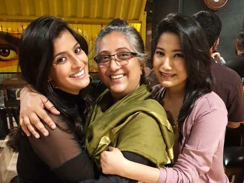 Here's how 'Unnai Arindhal' host Varalaxmi Sarathkumar and mother Chaya helped migrant labour (Photo - Instagram)