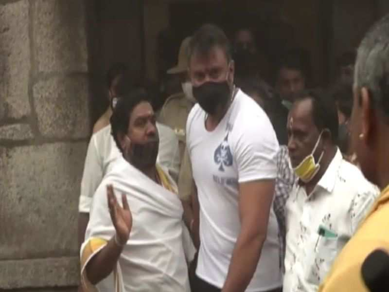 Darshan keeps his date with goddess Chamundeshwari