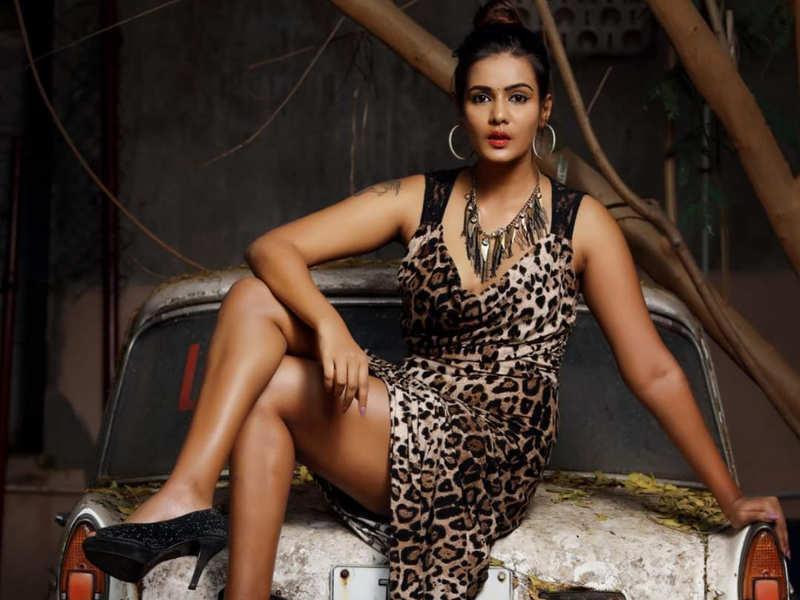 Meera Mitun warns legal action against Rajinikanth and Vijay
