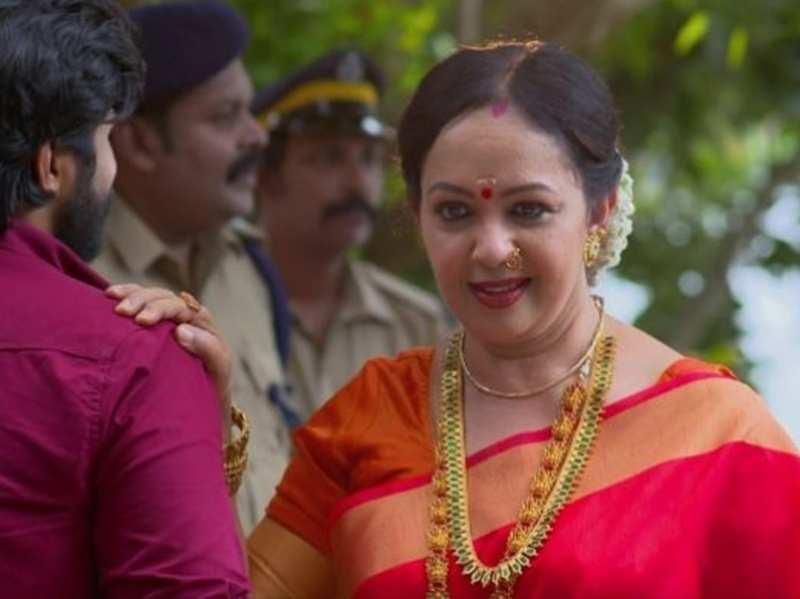 Chembarathi: Thara Kalyan makes a dashing entry as 'Akhilandeshwari'