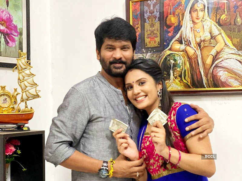 <p>'Uyire' actress Shree Gopika celebrates Rakhi with on-screen brothers Feroz Khan and Tamizh; watch the video<br></p>